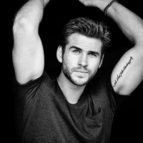 liam_hemsworth_actor_smile_tattoo_bw_105328_2048x2048