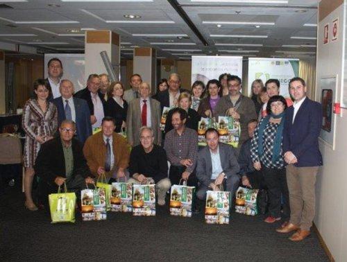 Foto de familia de las instituciones y medios de comunicación social asistentes a la presentación de la Subbética Cordobesa en Valencia