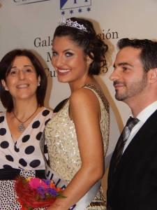 Miss Cullera 2015 escoltada por Silvia Roca Palomares, Concejal del Ayun. de Cullera y Jorge Talens Ferrer, Director Hotel Cullera Holiday.