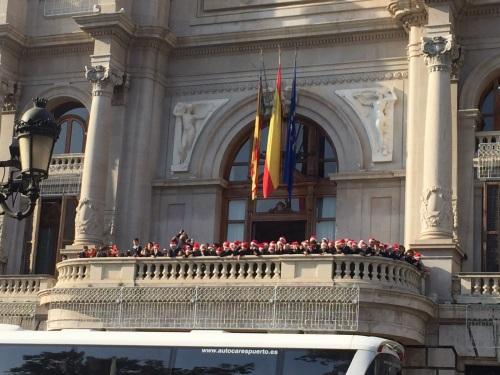 El alumnado de primaria de Colegio El Prat, inunda de alegría la plaza y el Ayuntamiento de Valencia