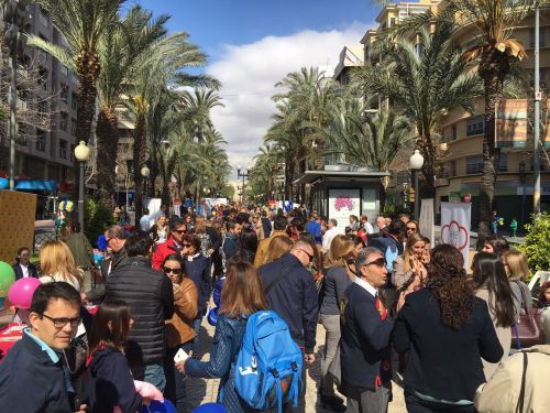 """Millares de padres apoyan con su presencia en Alicante el cierre de la campaña """"La educación de tus hijos la eliges tú""""."""