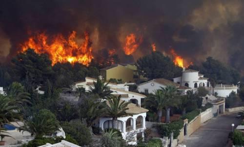 el fuego destruye los montes de Javea (España)